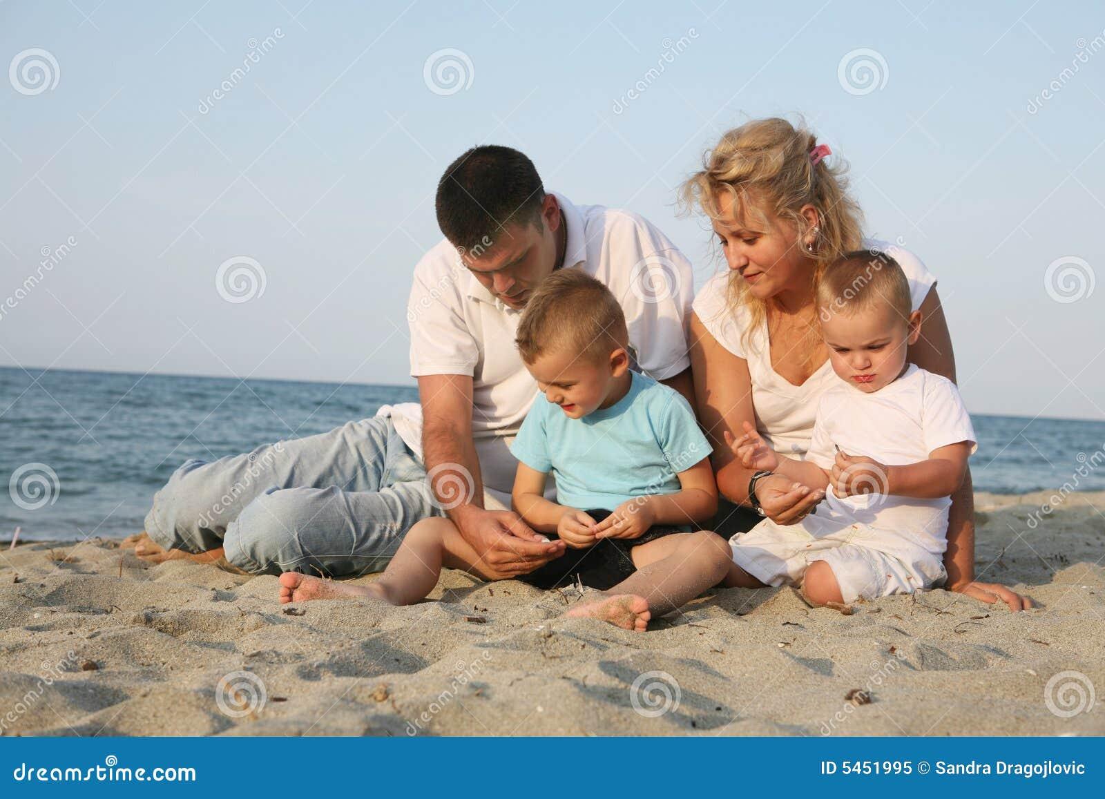 Glückliche Familie an der Küste