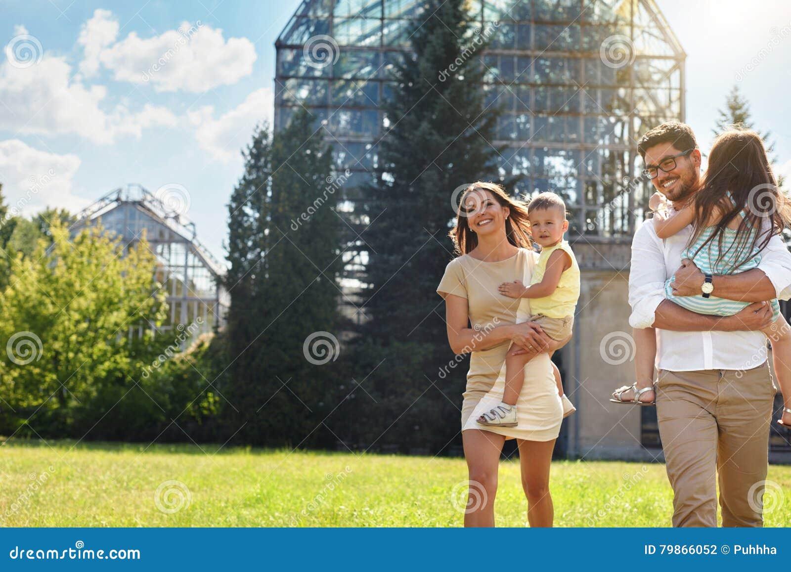 Glückliche Familie in der Natur Schöne Eltern und Kinder draußen