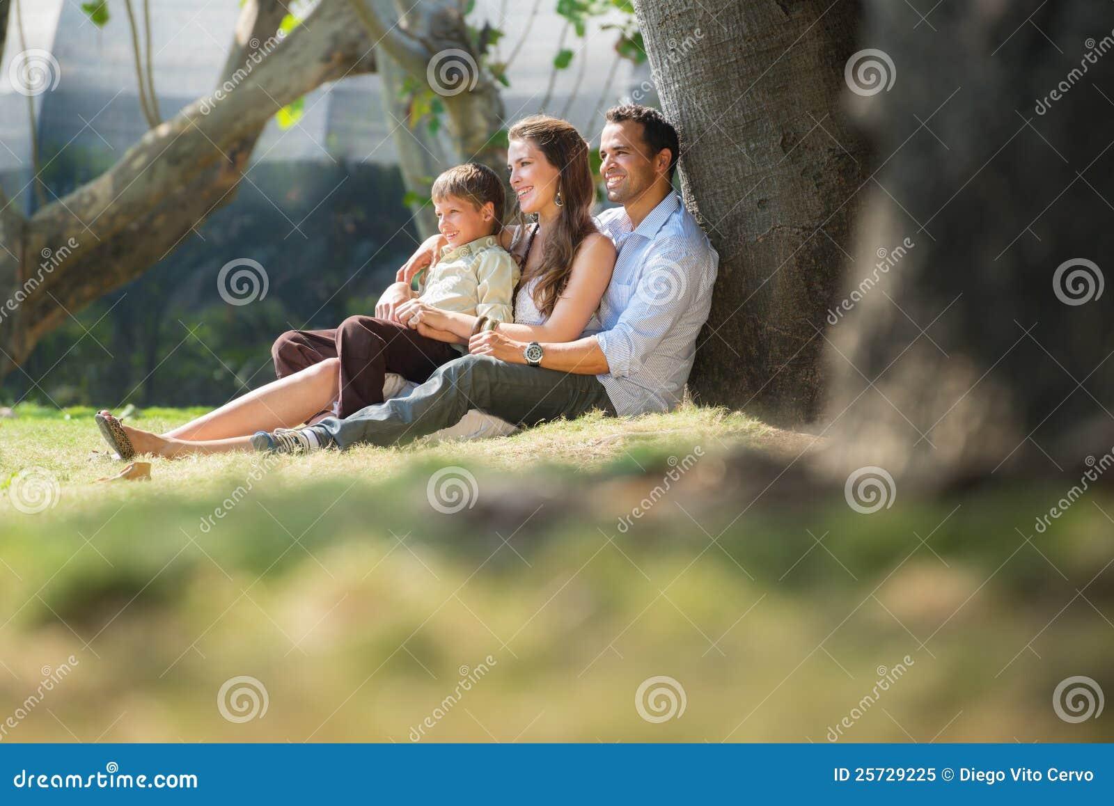 Glückliche Familie in der Stadt arbeitet entspannend im Garten