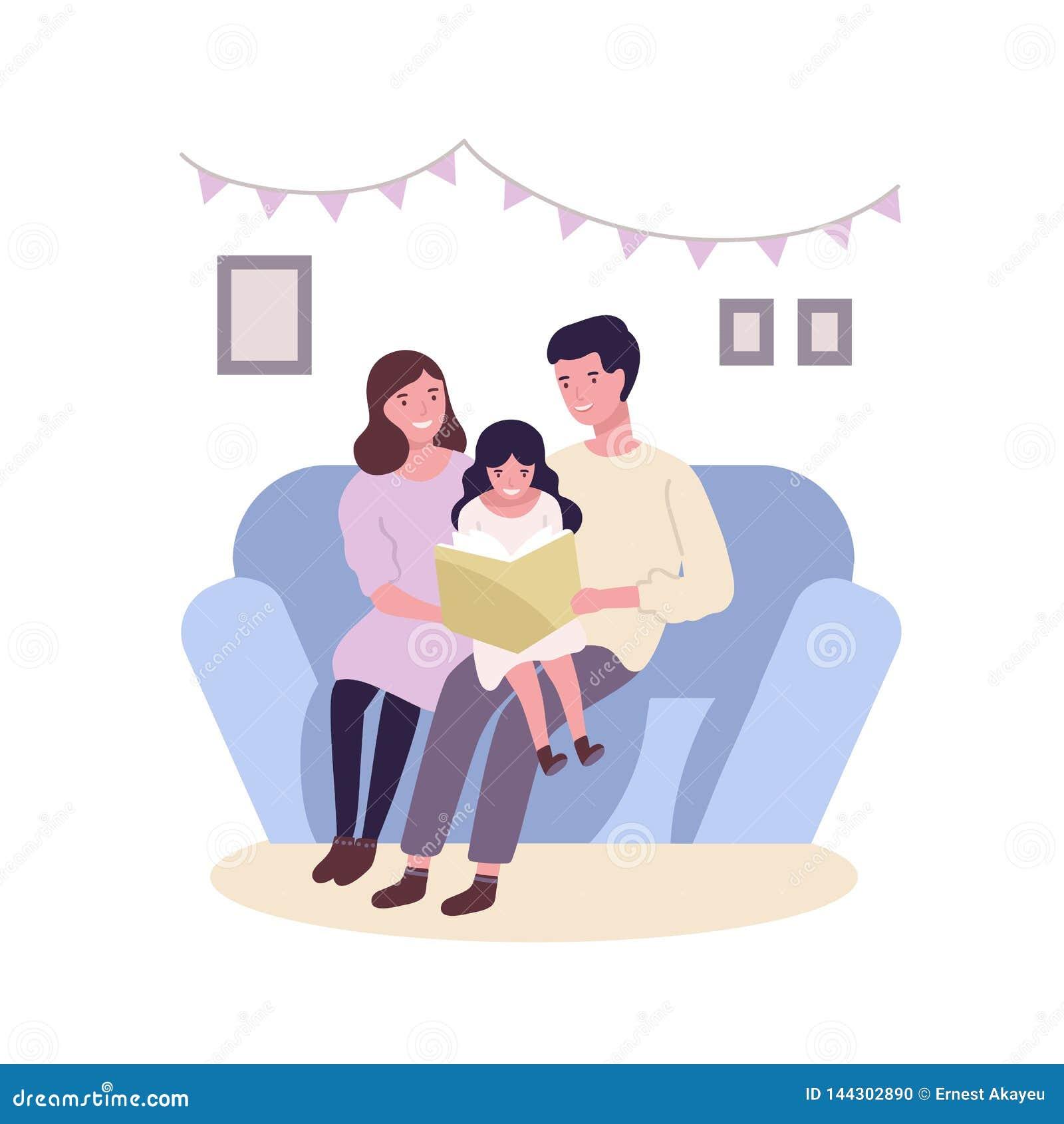Glückliche glückliche Familie, die auf Sofa und Ablesenbuch oder -Märchen sitzt Lächelnde Mutter-, Vater- und Tochterausgabenzeit