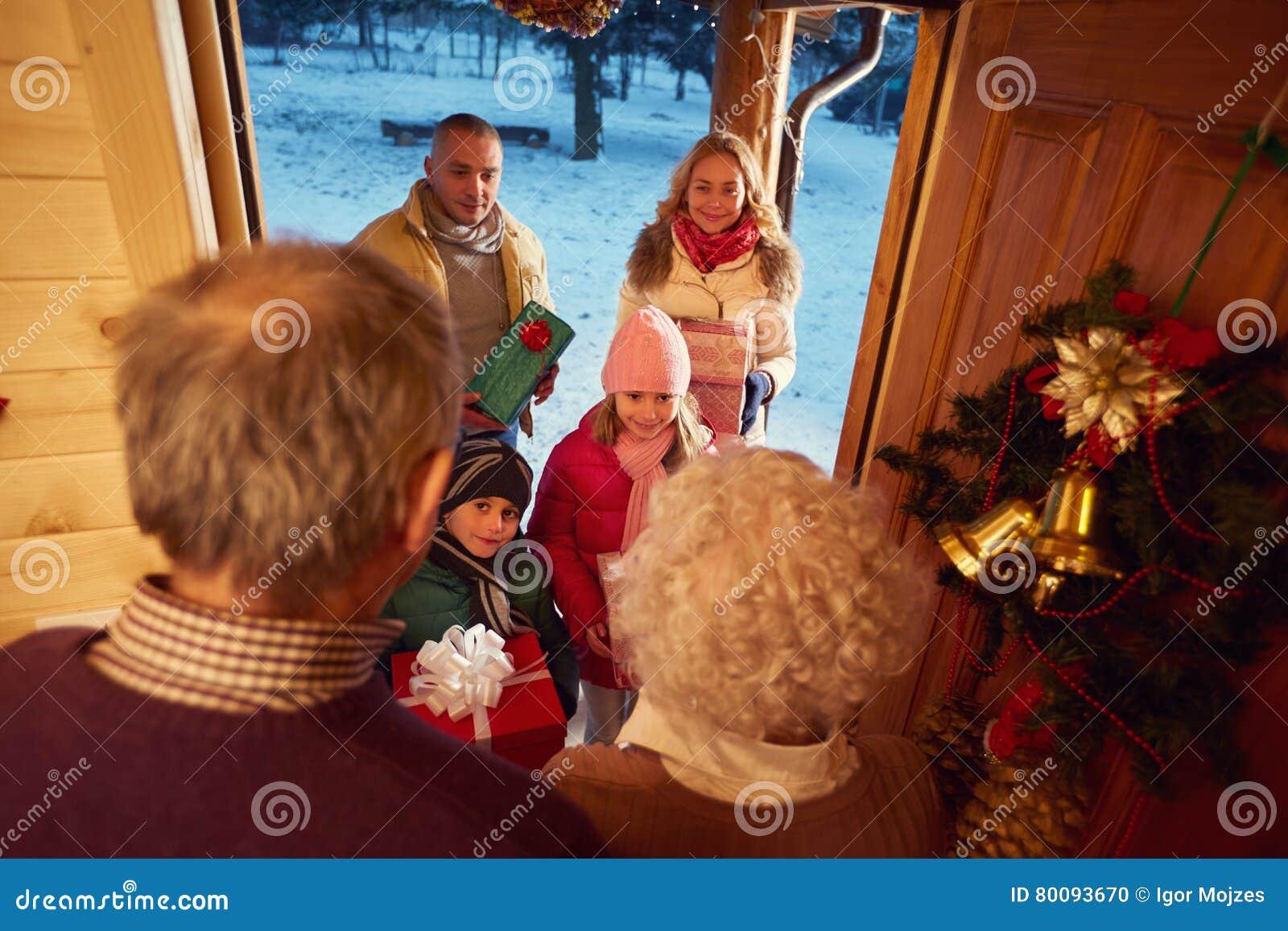 Glückliche Familie, Die Geschenke Am Weihnachten Liefert Stockfoto ...