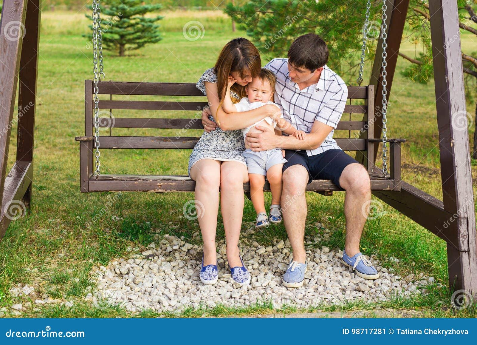Glückliche Familie, die Spaß draußen hat