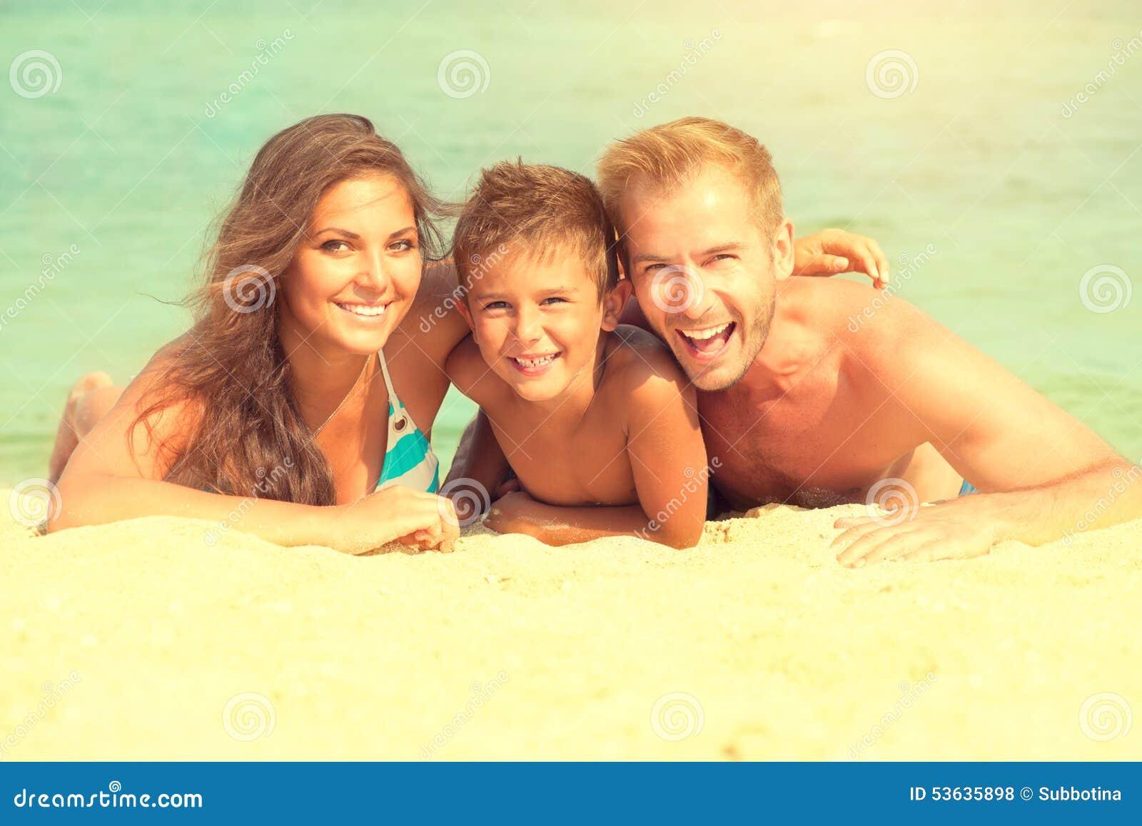 Glückliche Familie, die Spaß am Strand hat