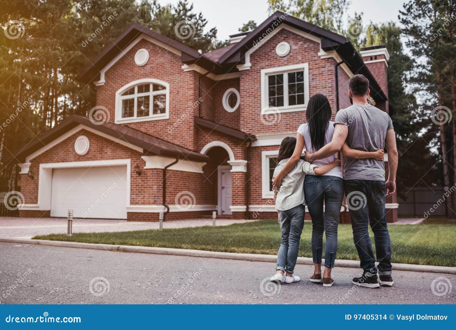 Glückliche Familie draußen