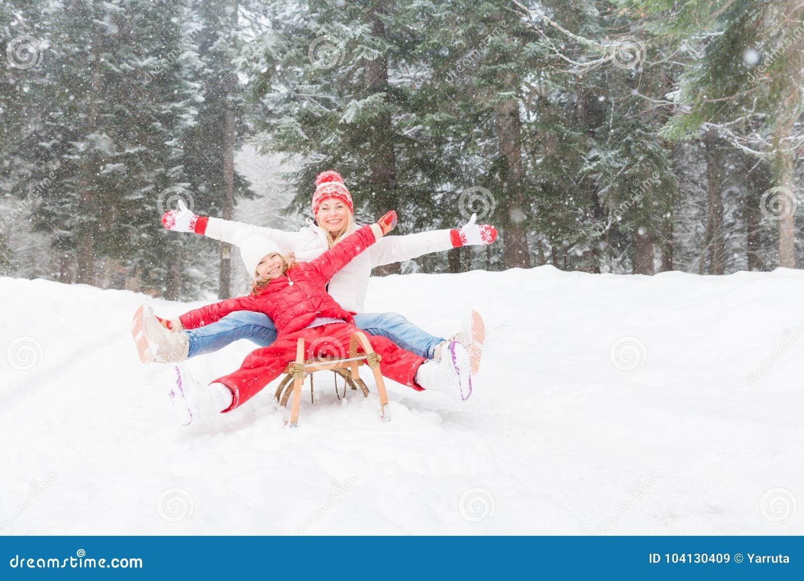 Glückliche Familie im Freien im Winter