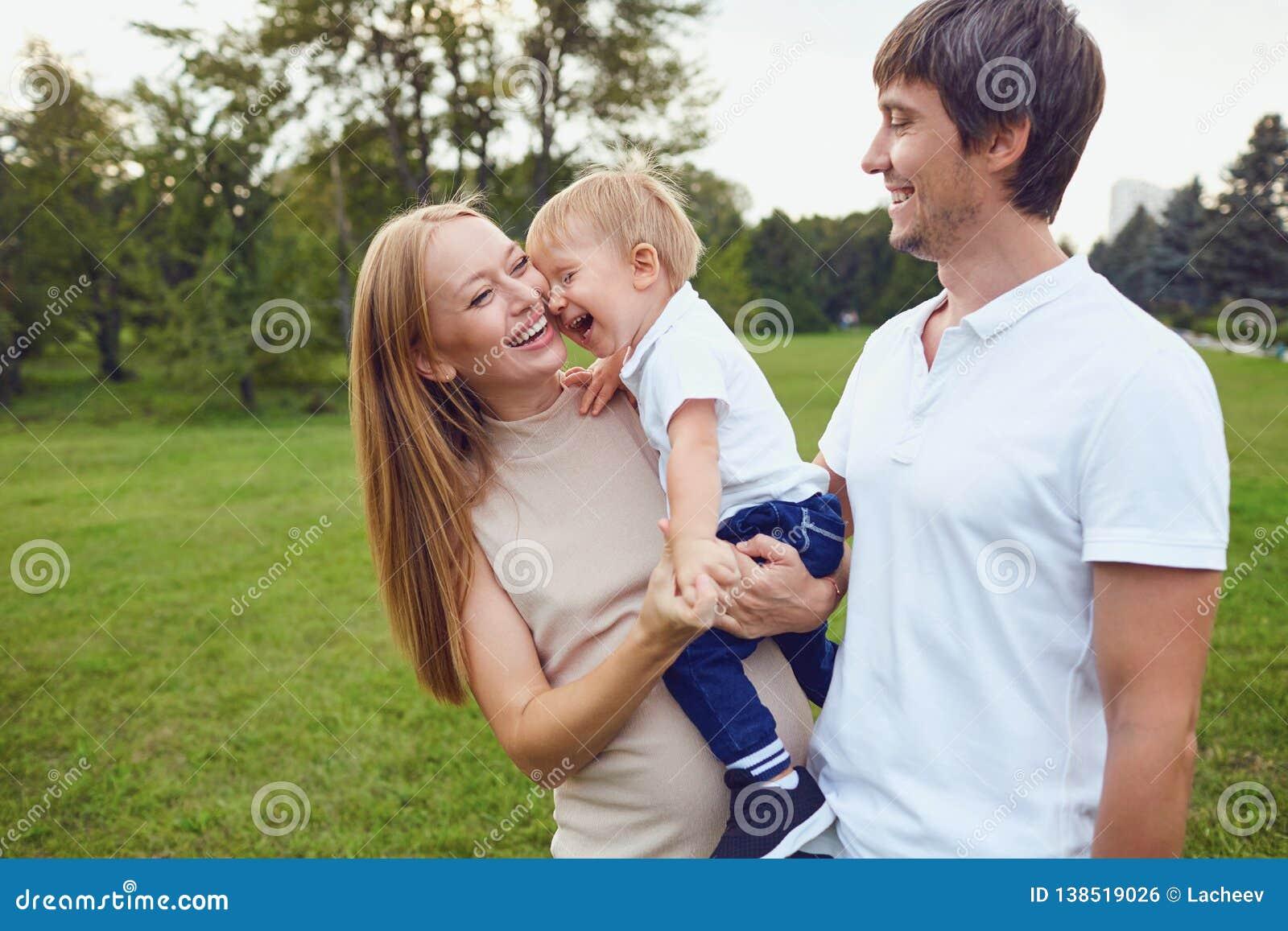 Glückliche Familie lacht im Park