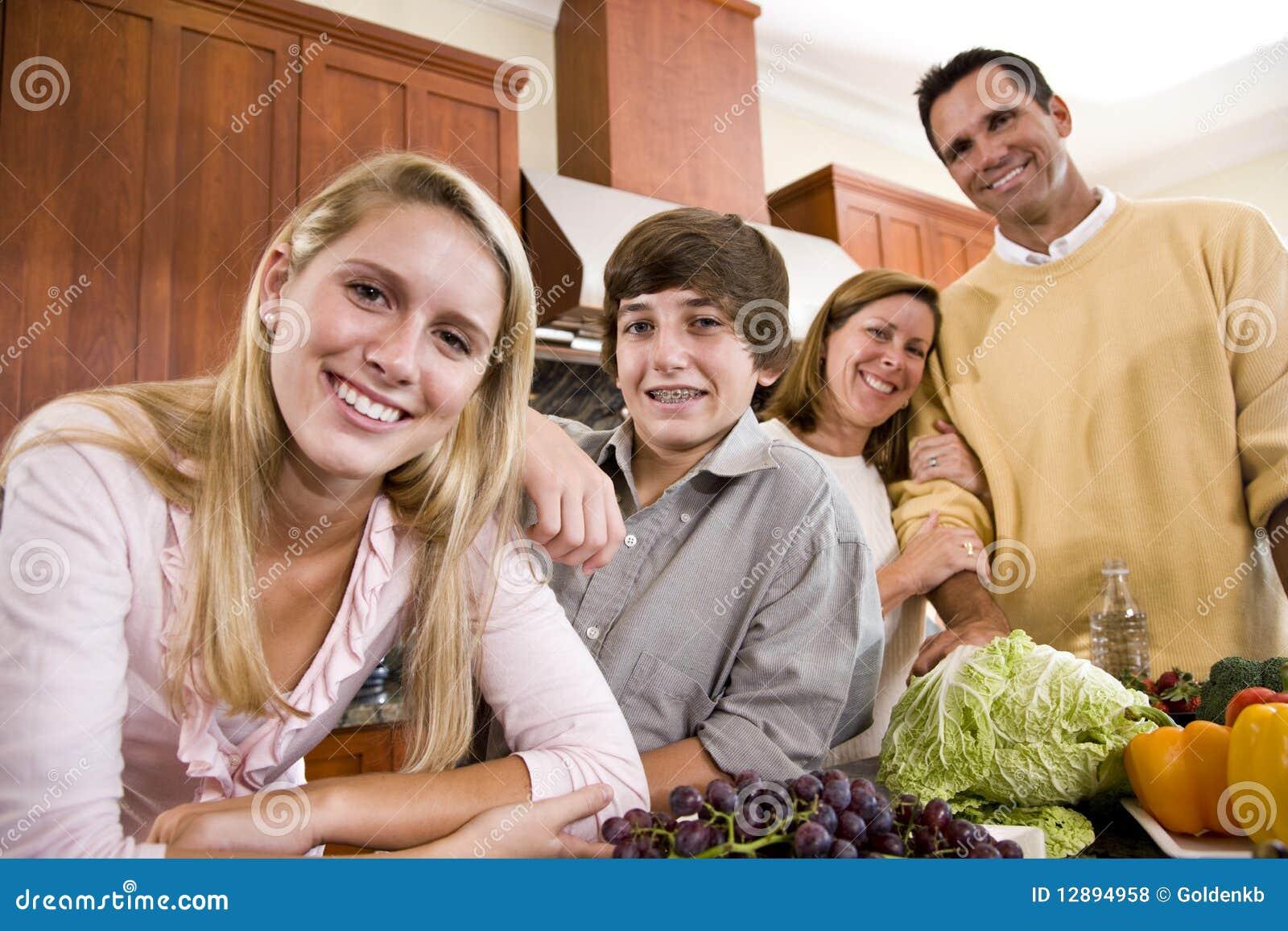 Glückliche Familie mit Jugendkindern in der Küche