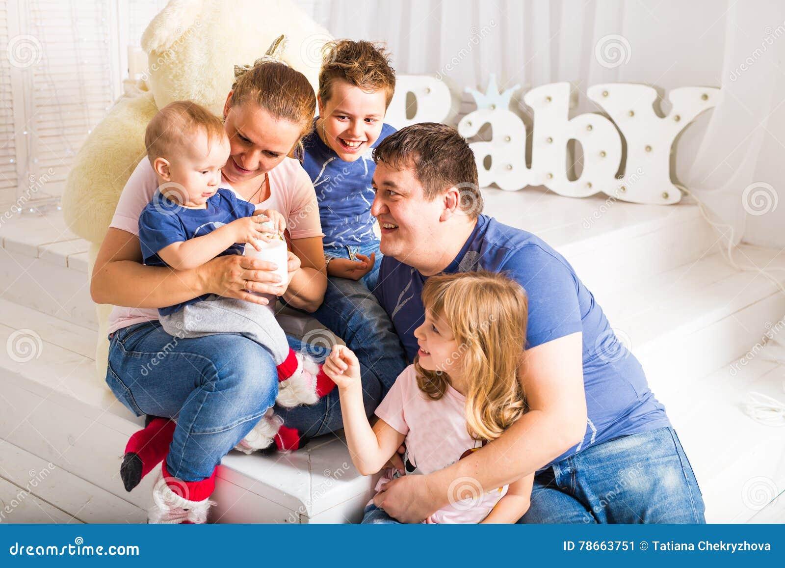 gl ckliche familie mit 3 kindern die zu hause auf boden. Black Bedroom Furniture Sets. Home Design Ideas