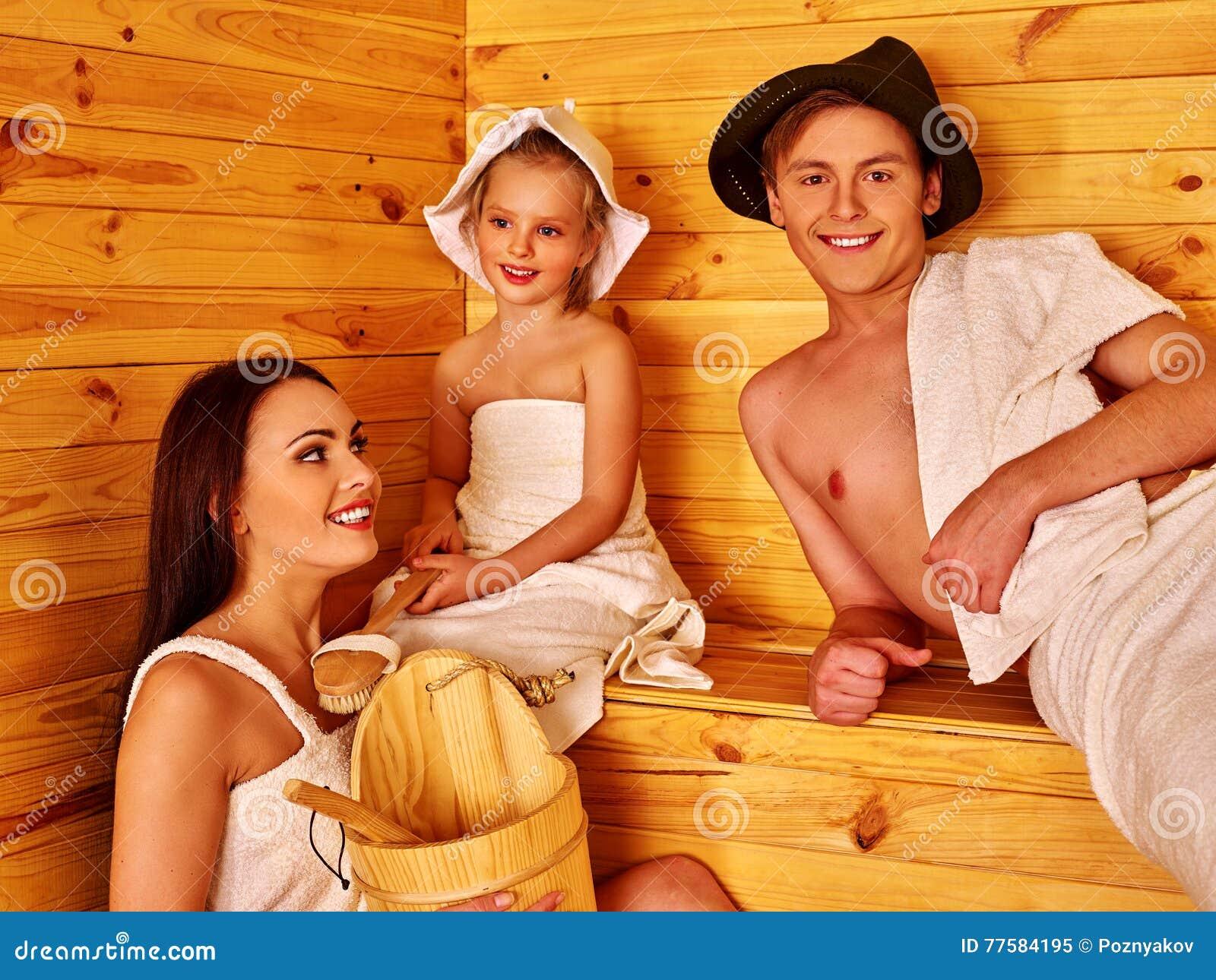 Gluckliche Familie Mit Kindern Im Hut In Sauna Stockbild Bild Von