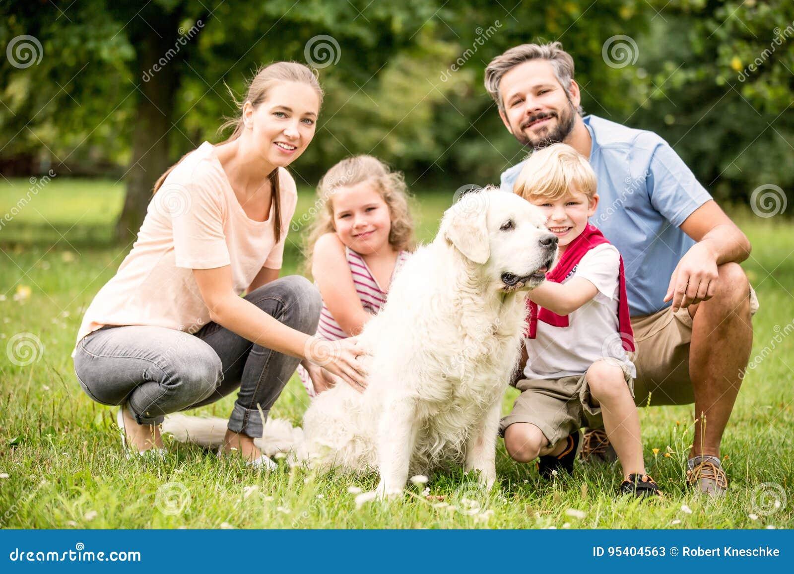 gl ckliche familie mit kindern und hund stockbild bild. Black Bedroom Furniture Sets. Home Design Ideas