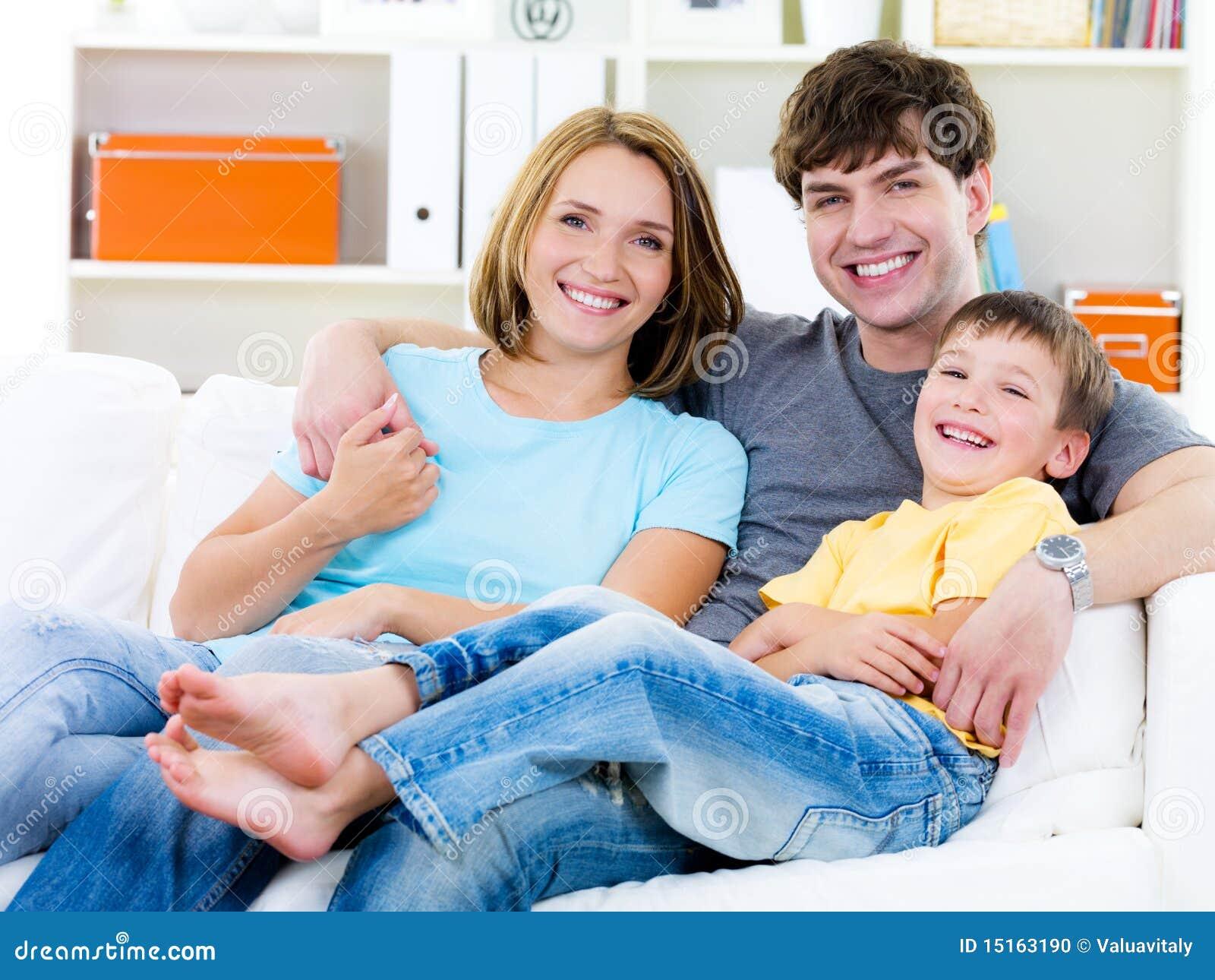 Glückliche Familie mit Sohn auf dem Sofa