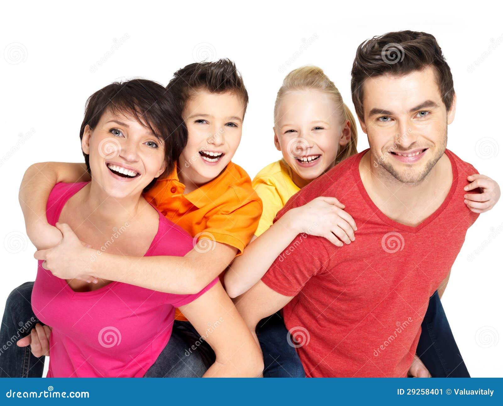 Glückliche Familie mit zwei Kindern auf Weiß