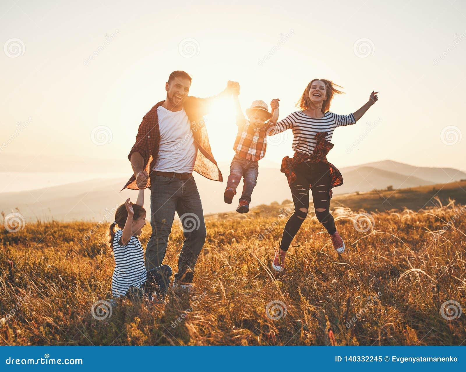 Glückliche Familie: Mutter, Vater, Kinder Sohn und Tochter auf Sonnenuntergang