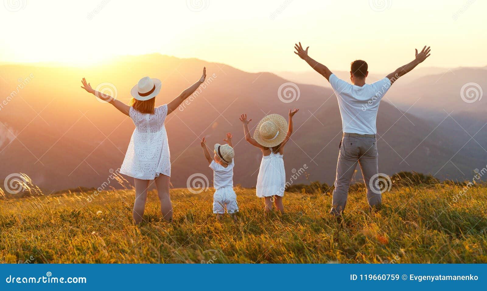 Glückliche Familie: Mutter, Vater, Kinder Sohn und Tochter auf sunse