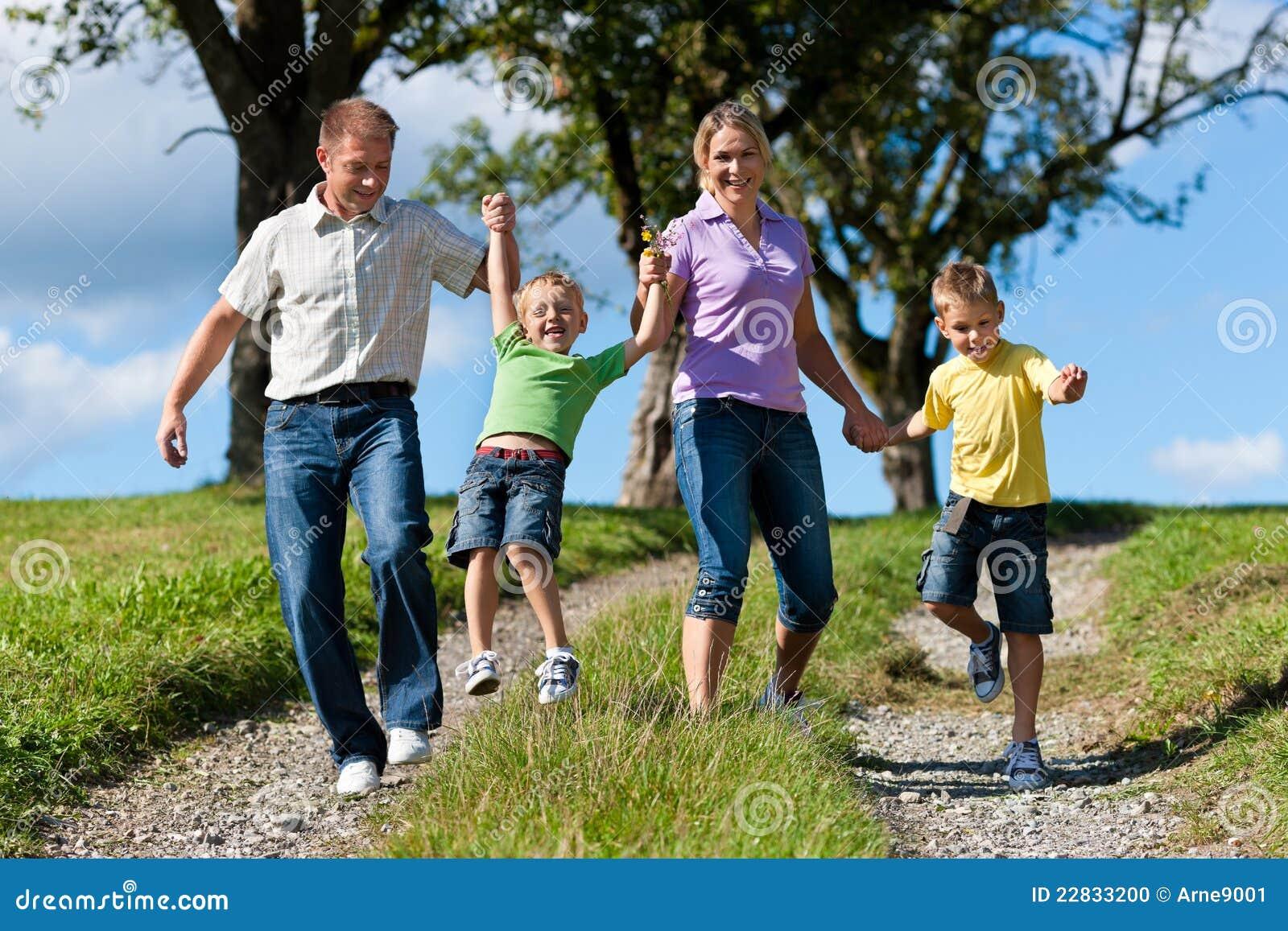 Glückliche Familie am Sommer