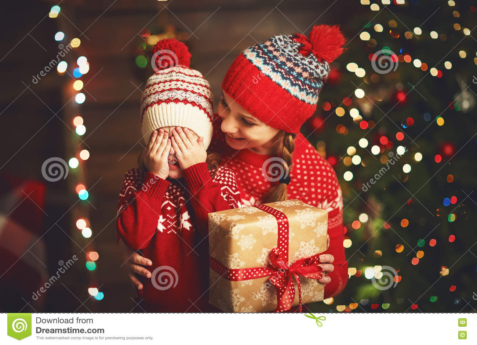 Glückliche Familienmutter Und Kindermädchen Mit Weihnachtsgeschenk ...