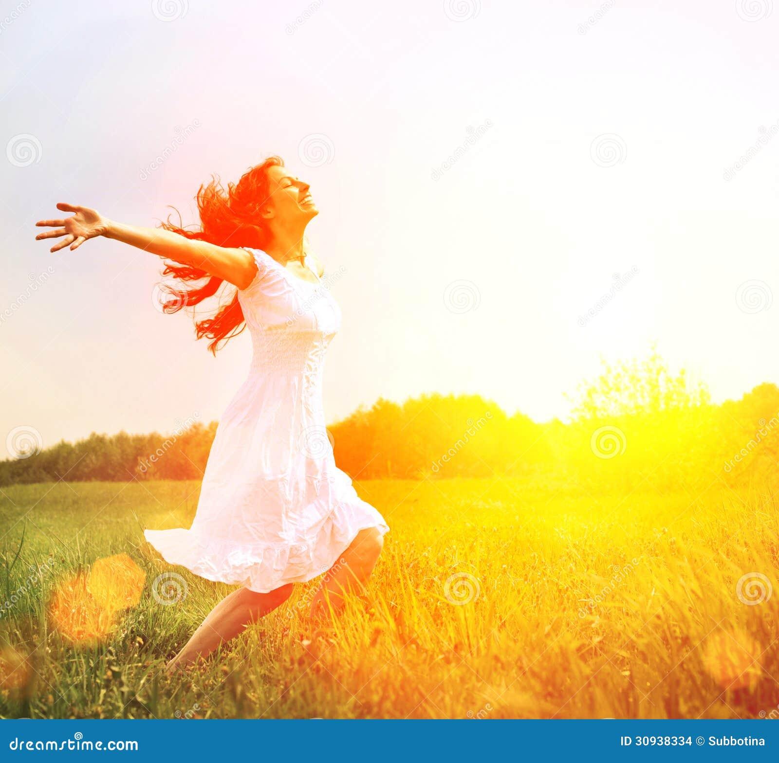 Glückliche Frau, die Natur genießt