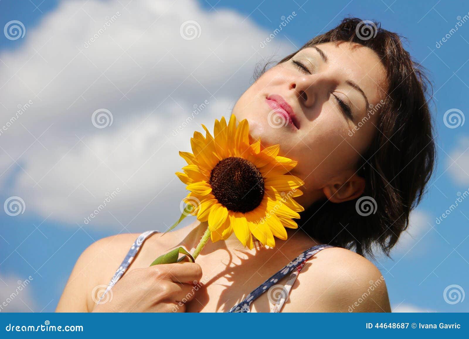 Glückliche Frau, die ruhig schaut