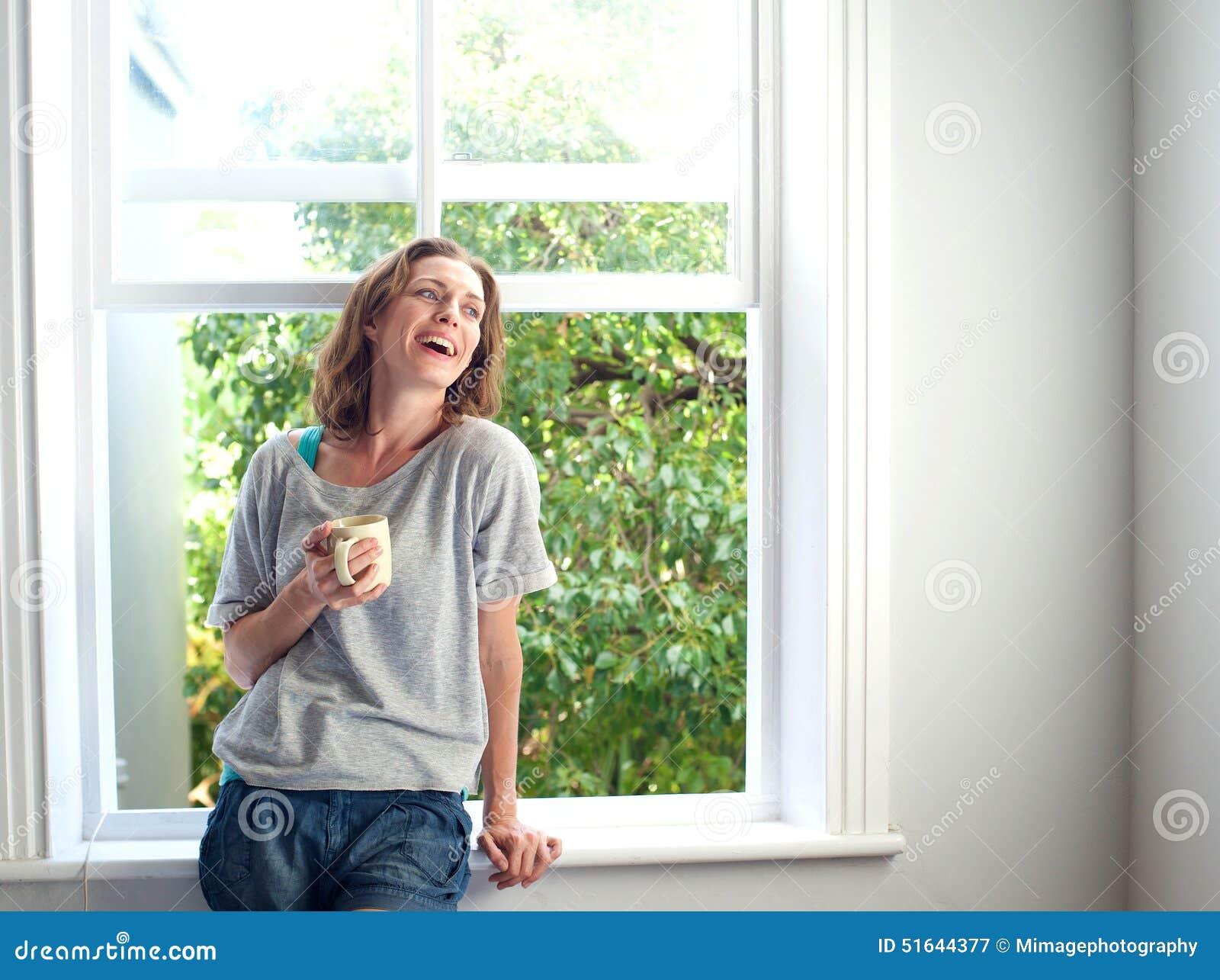 Glückliche Frau Die Zu Hause Mit Einem Tasse Kaffee Lacht