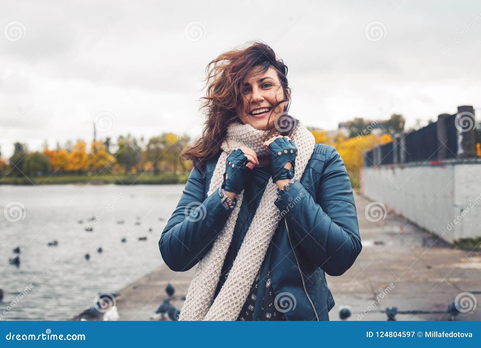 fde9cb1deb Glückliche Frau Draußen, Porträt Stockbild - Bild von baumuster ...
