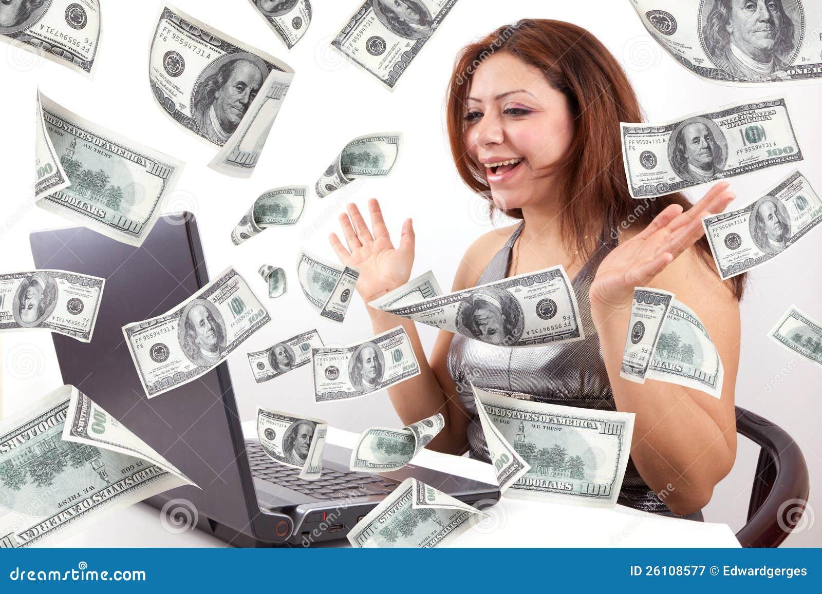 Glückliche Frau erwerben Geld online