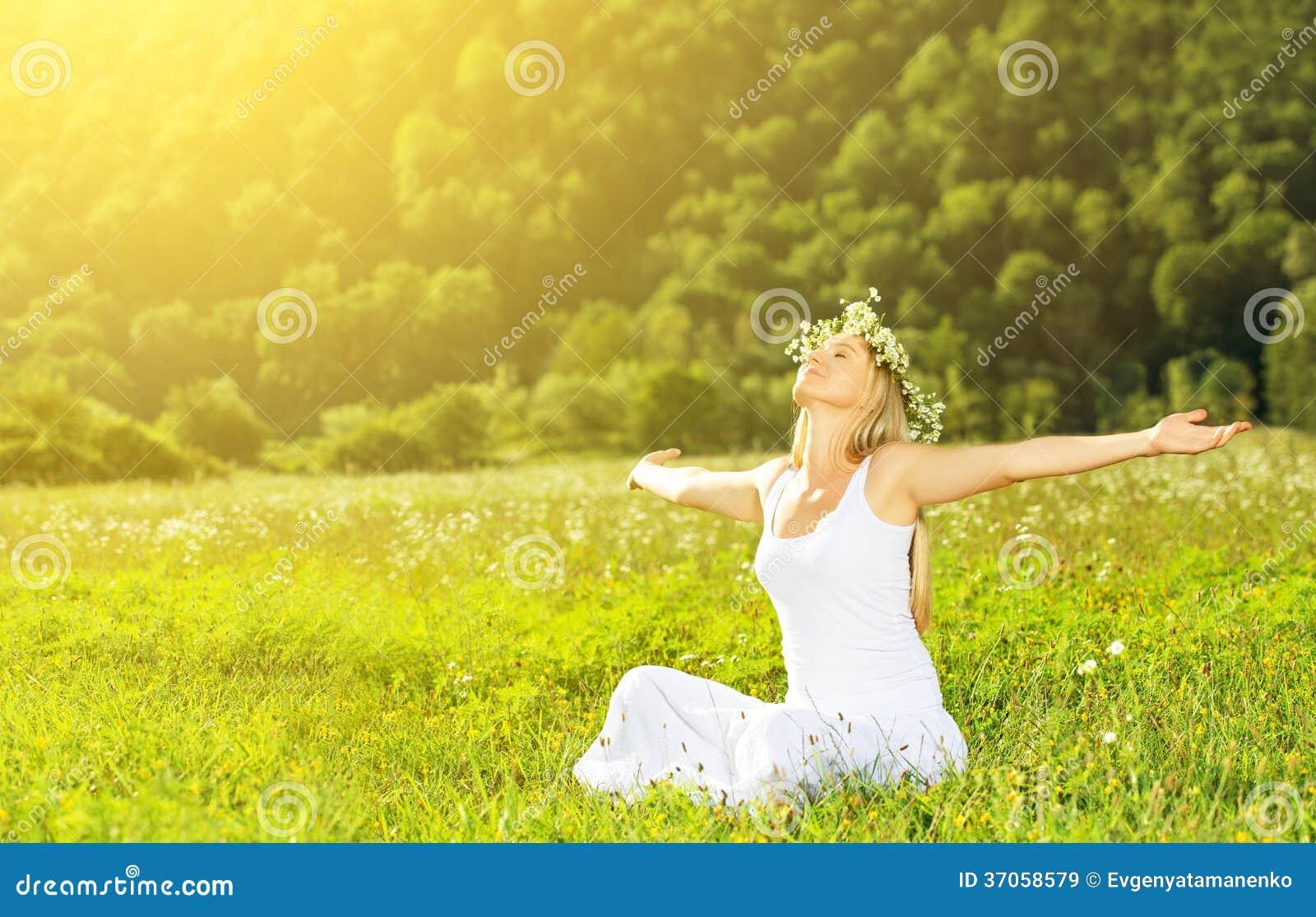 Glückliche Frau im Sommer des Kranzes draußen das Leben genießend