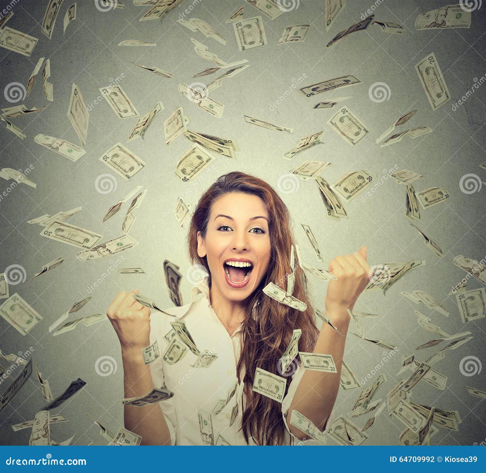 Glückliche Frau jubelt die pumpenden ekstatischen Fäuste feiert Erfolg unter einem Geldregen