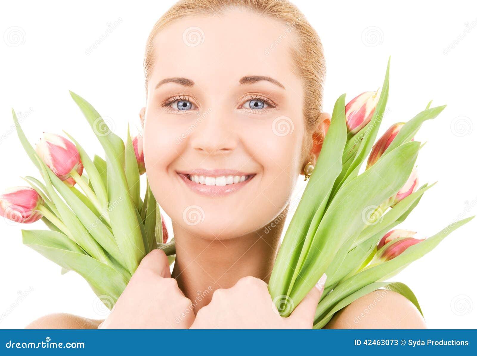 Glückliche Frau mit Blumen