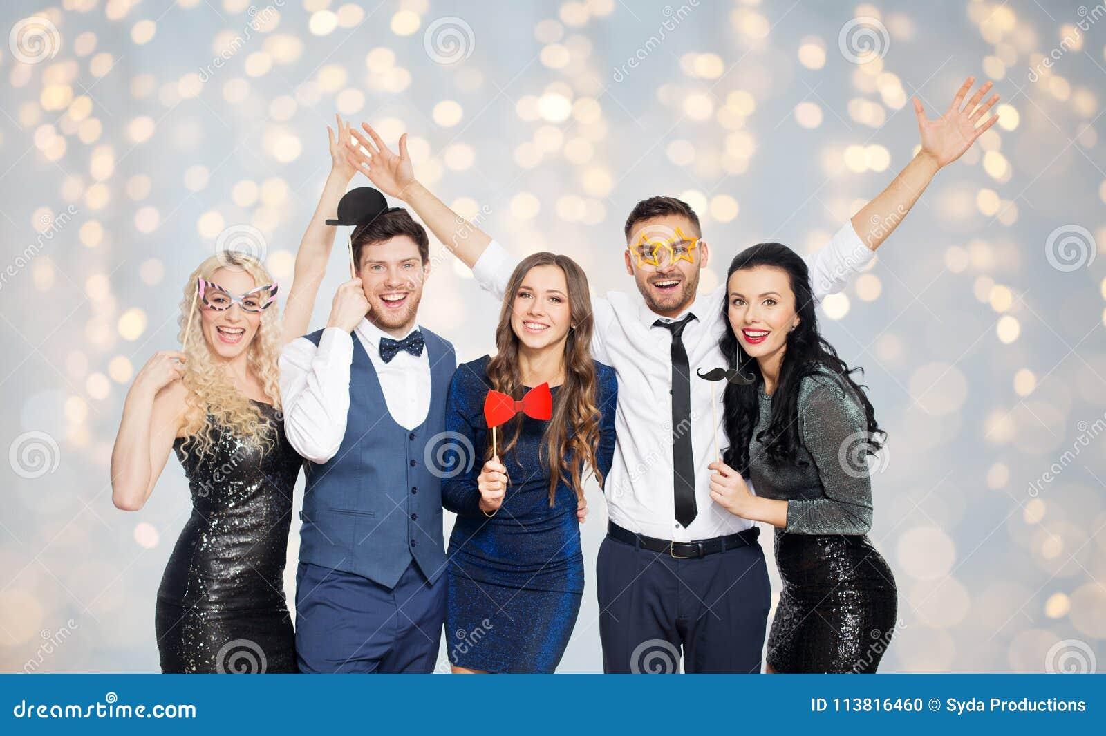 Glückliche Freunde mit Partei stützt die Aufstellung über Lichtern
