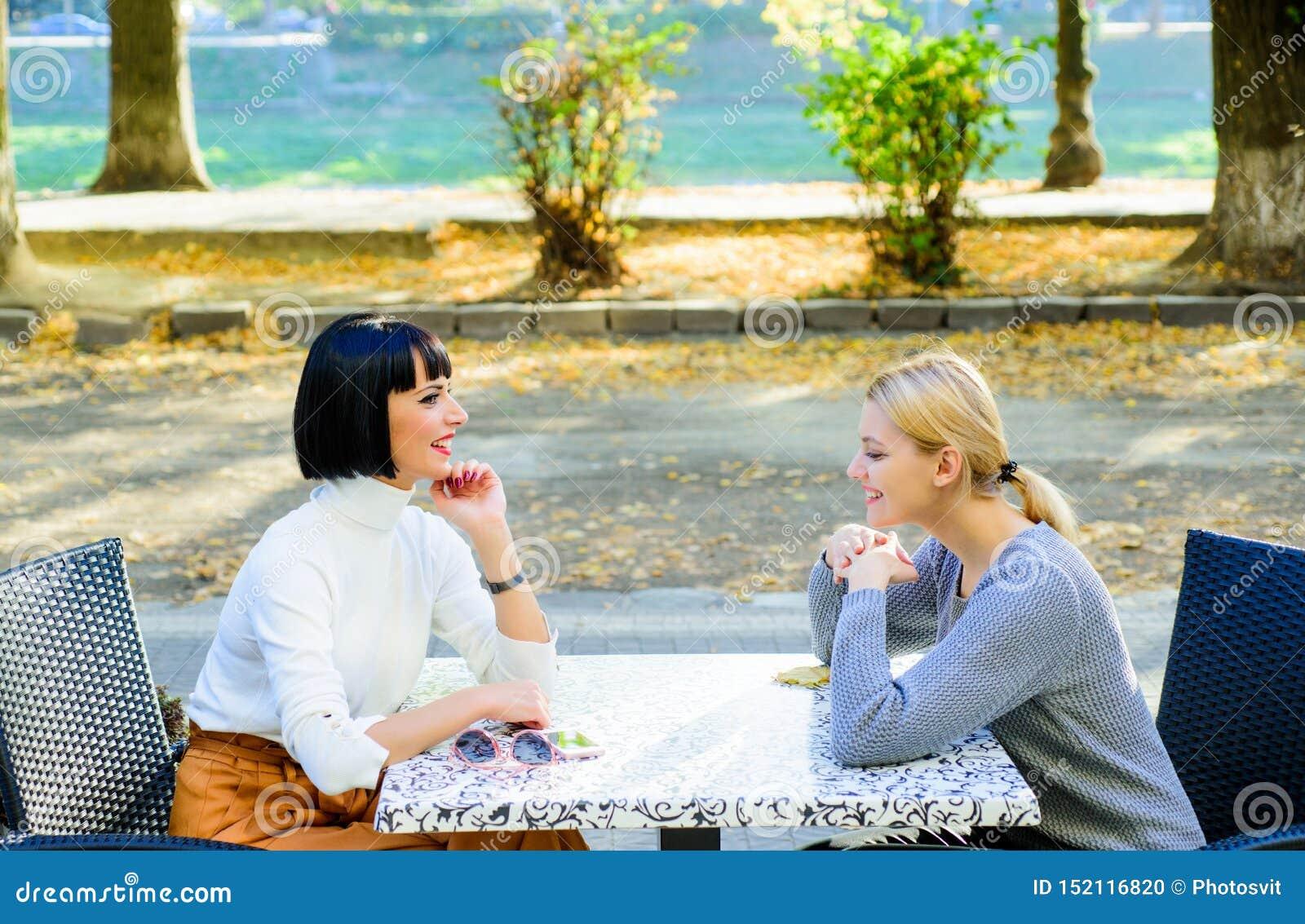 Glückliche Freundmädchen verbringen Zeit im Café wirkliches weibliches frienship Verpfändungsschwesternschaft der Familie bisines