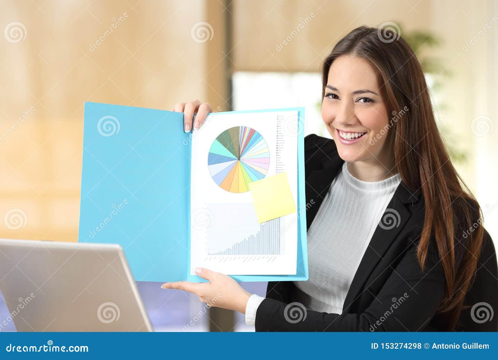 Glückliche Geschäftsfrau, die Leerbeleg an der Kamera zeigt