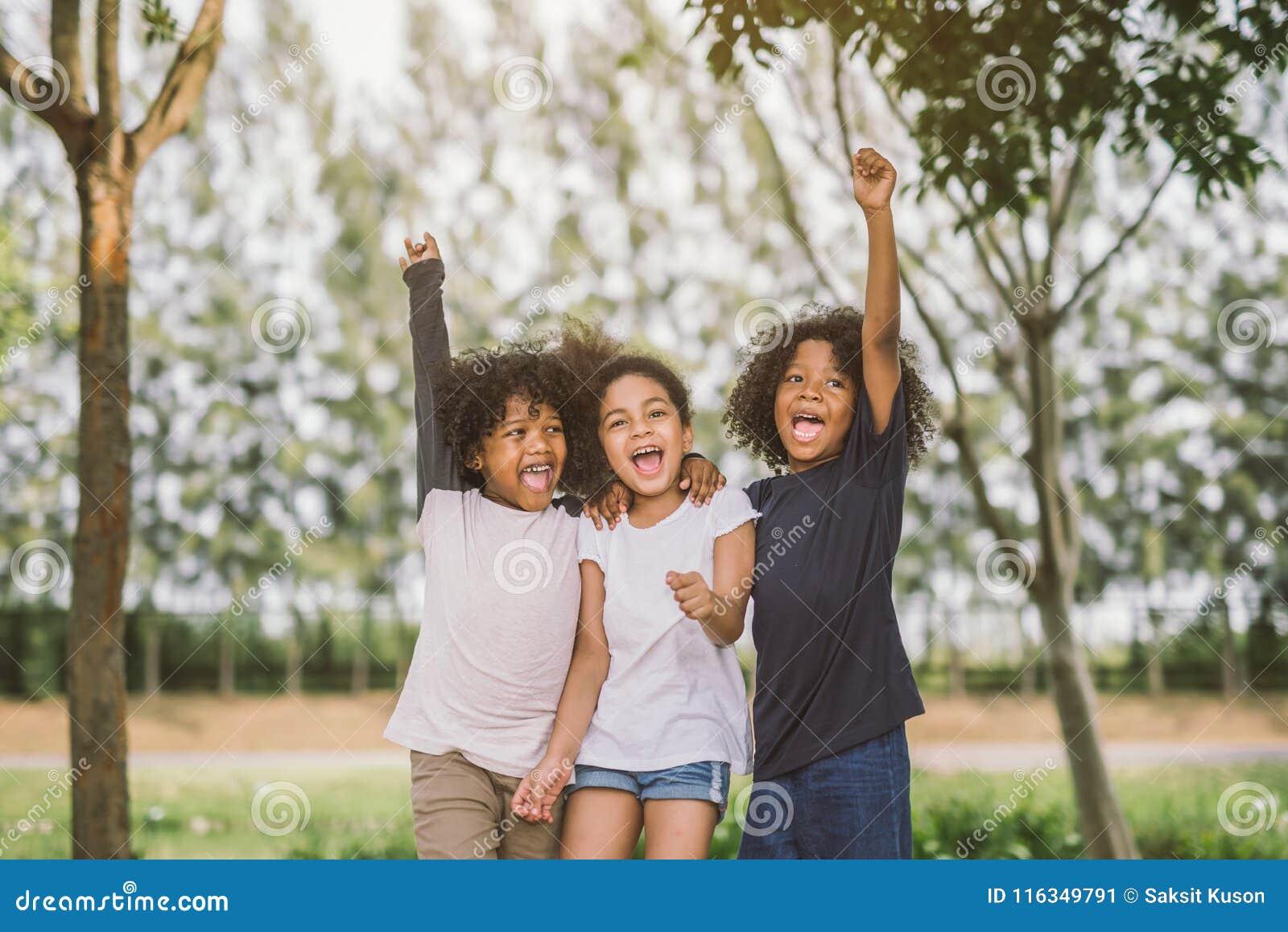 Glückliche Gesichtskinderkinder froh nett und Lachen