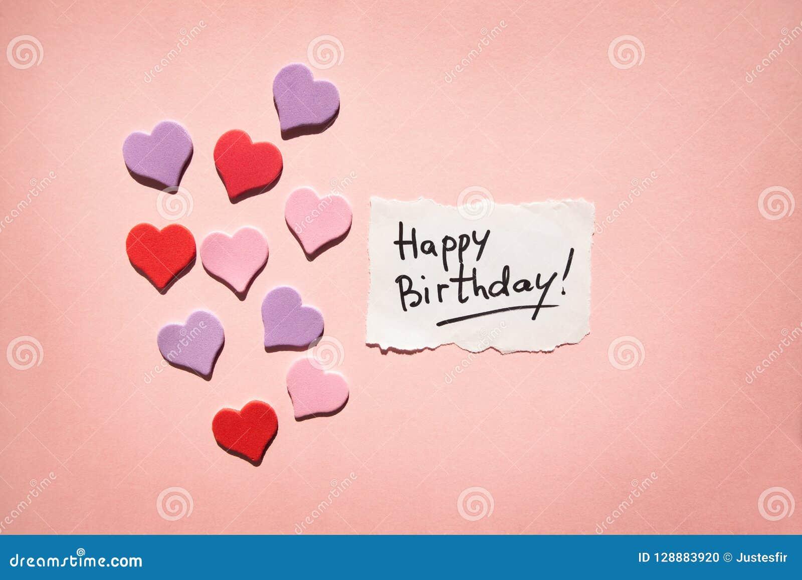 Glückliche Glückwunschkarte mit Text und Herzen auf schönem rosa Hintergrund