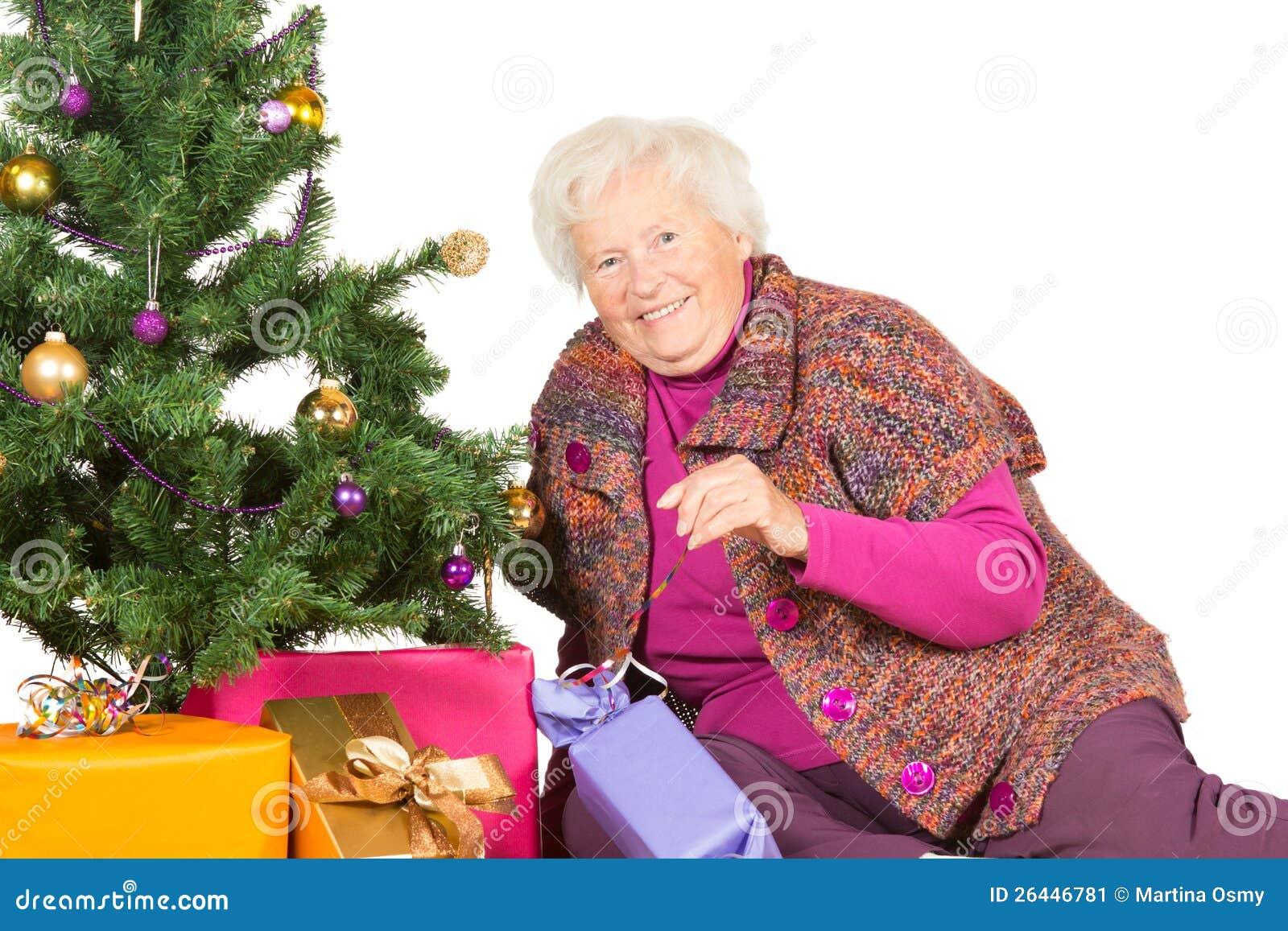 Glückliche Großmutter, Die Für Weihnachten Sich Vorbereitet ...