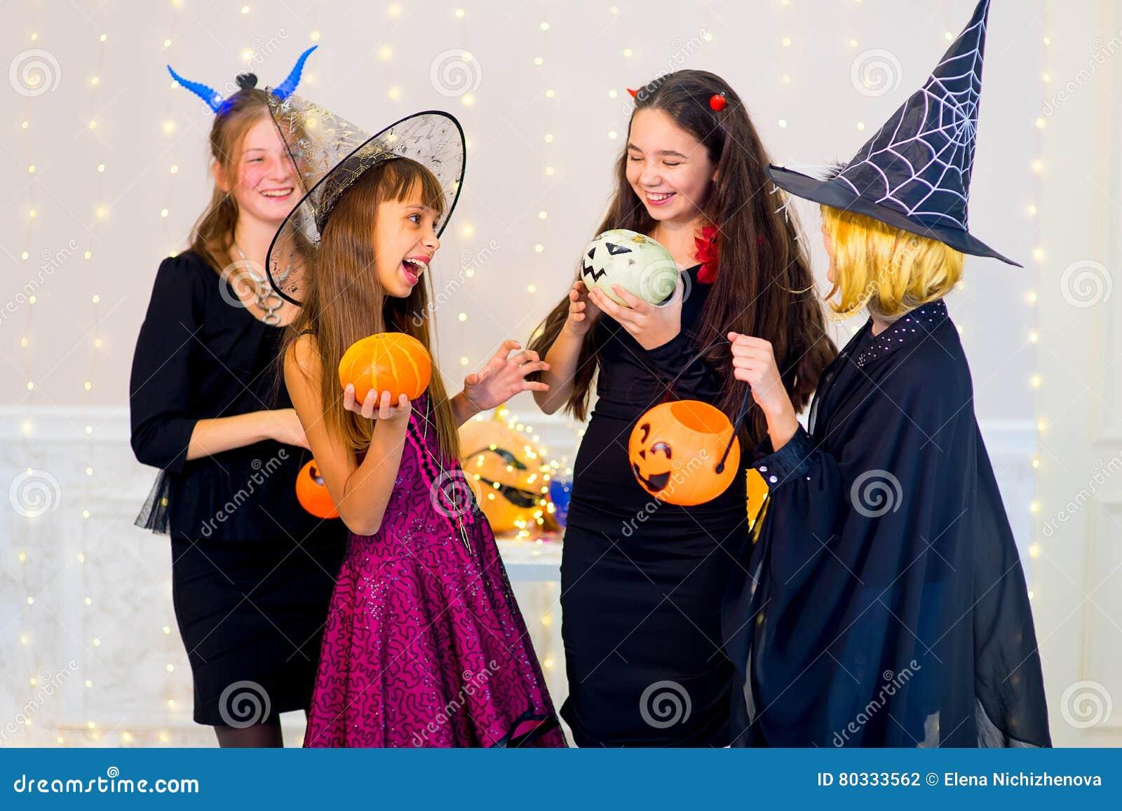 Gluckliche Gruppe Jugendliche Tanzen In Halloween Kostume Stockfoto