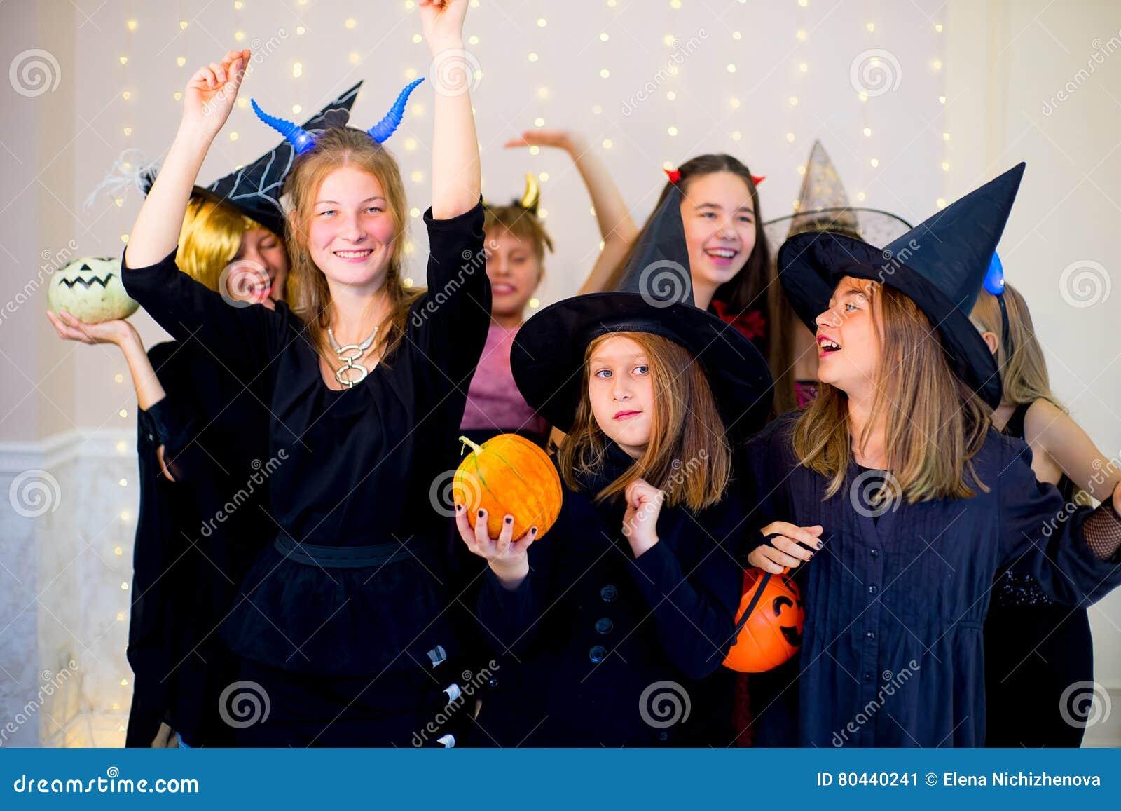 Gluckliche Gruppe Jugendliche Tanzen In Halloween Kostume Stockbild
