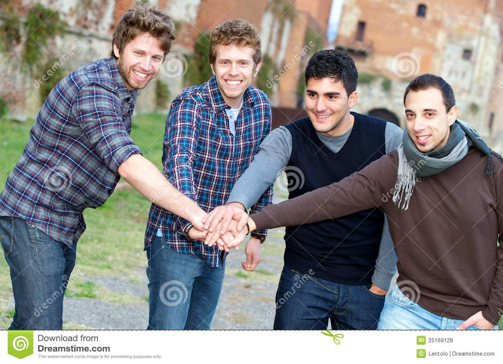 Glückliche Gruppe Jungen draußen