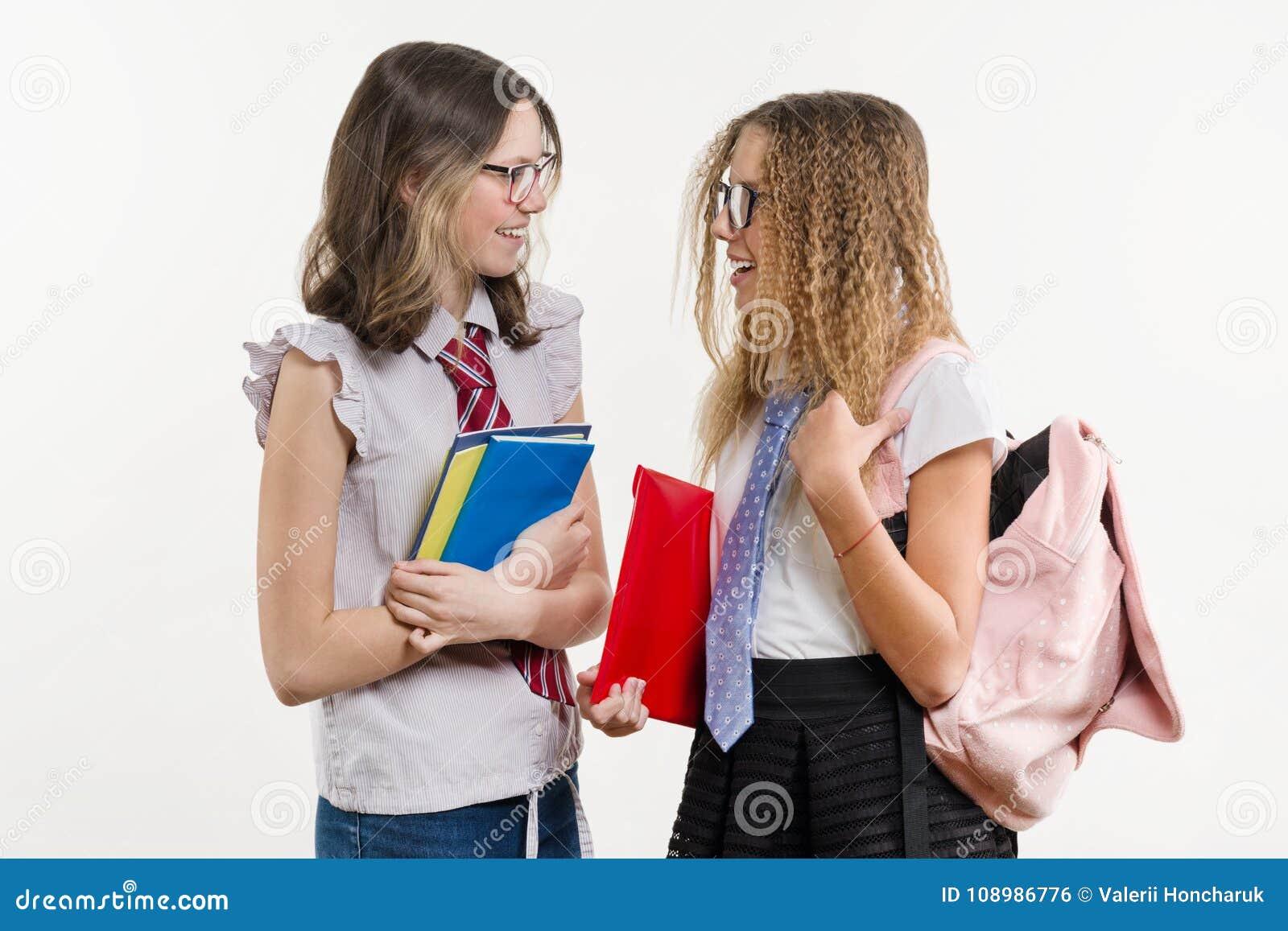 Glückliche Highschool Freunde sind Jugendlichen, Gespräch und Geheimnis