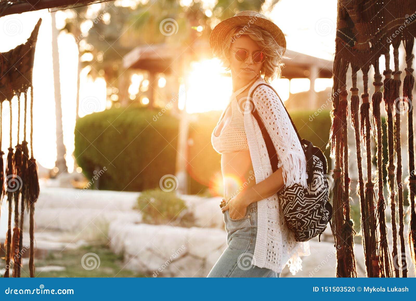 Glückliche Hippie-Frau, die Spaß im Urlaub im Hut und in der Sonnenbrille hat Sonniges Lebensstilmodemädchen