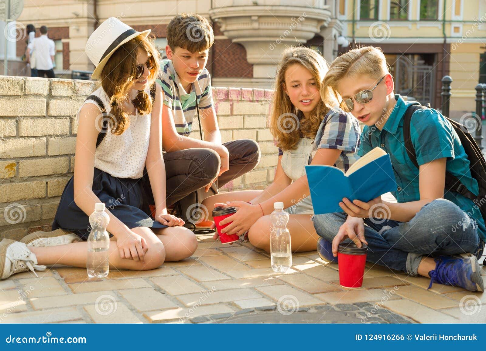Glückliche 4 Jugendfreunde oder hohe Schülerlesebücher Freundschaft und Leutekonzept