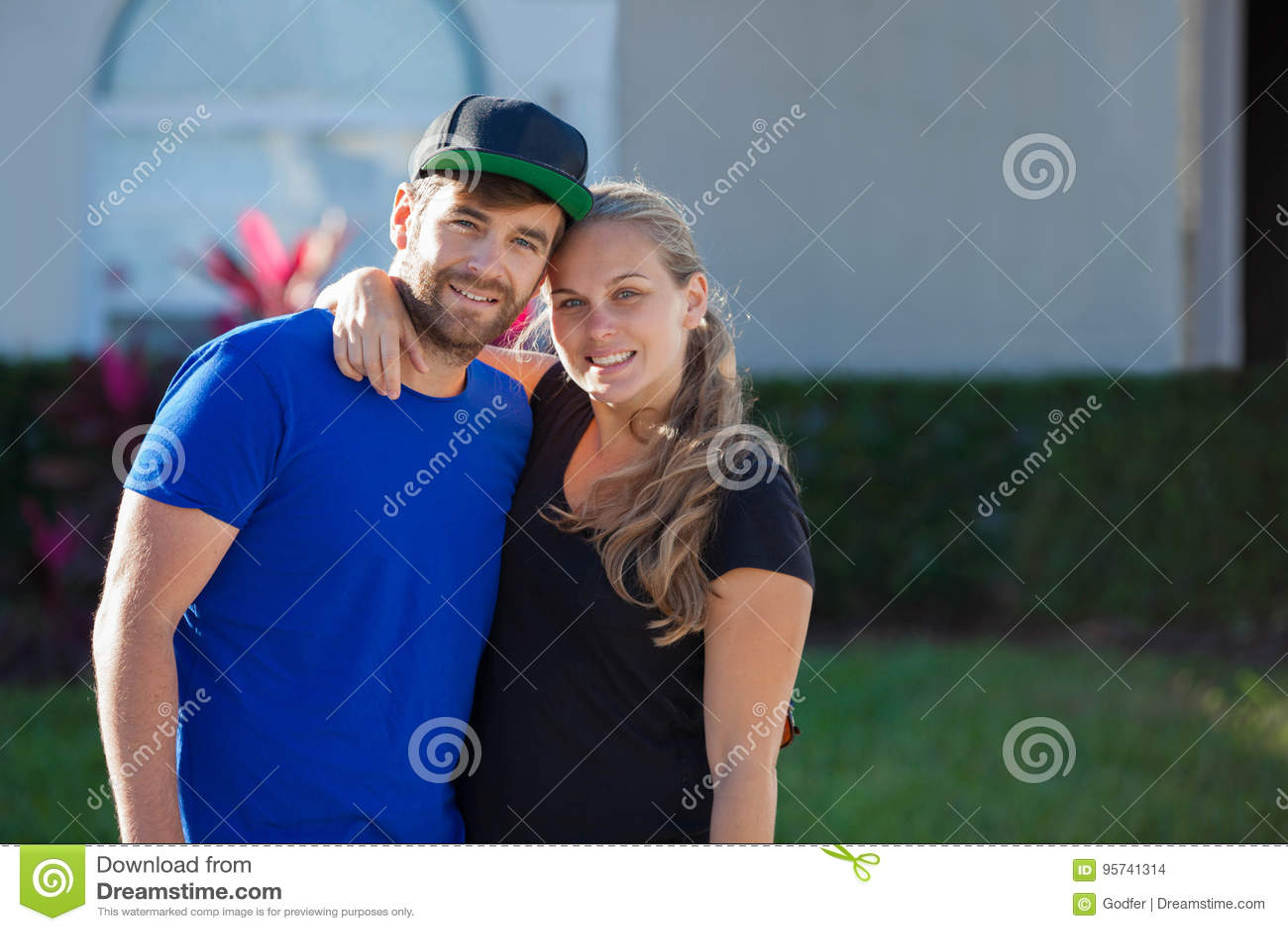 Glückliche junge amerikanische Paare mit erstem Haupt