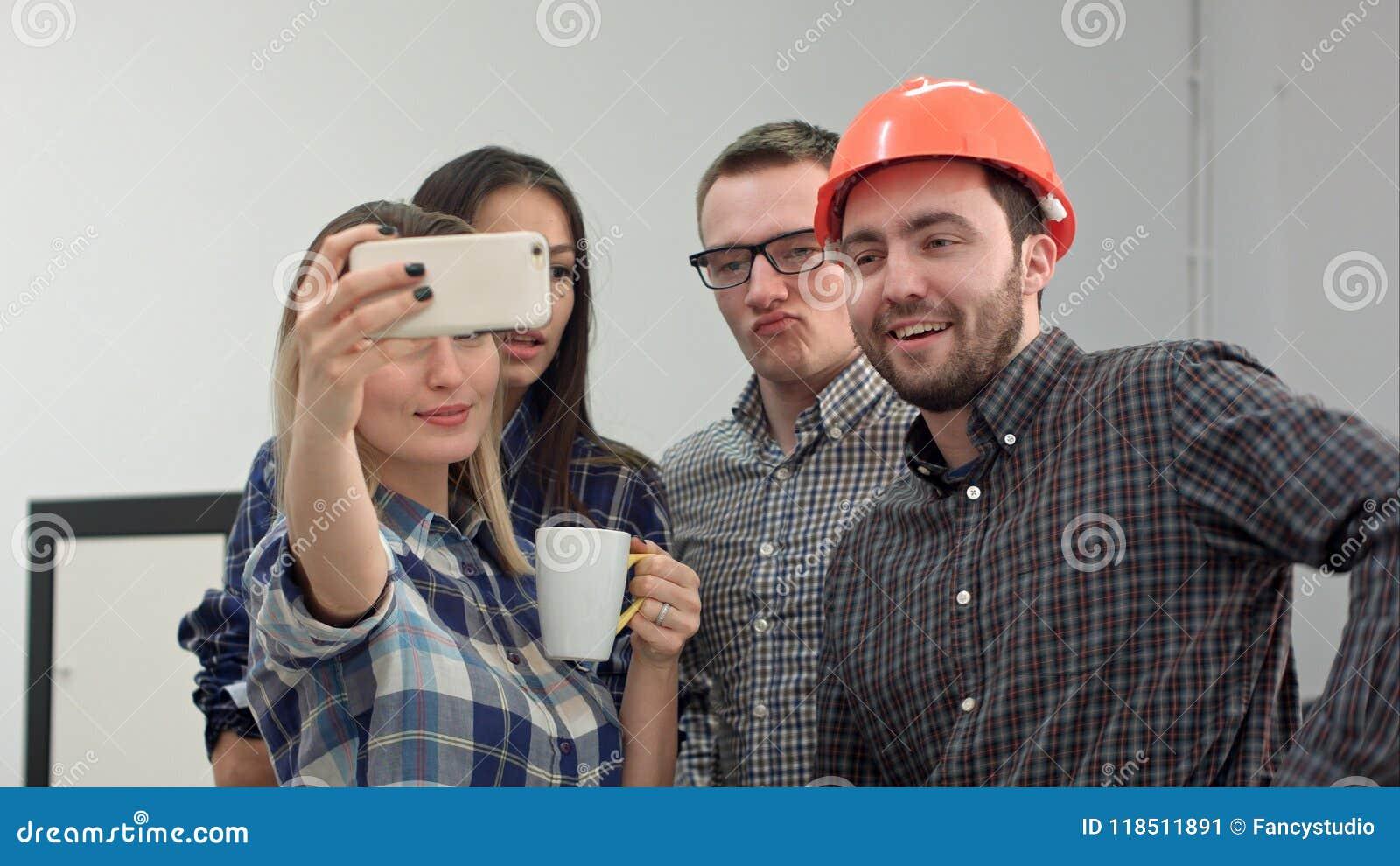 Gluckliche Junge Architekten Die Lustige Selfies Im Buro Nehmen Stockbild Bild Von Architekten Gluckliche 118511891