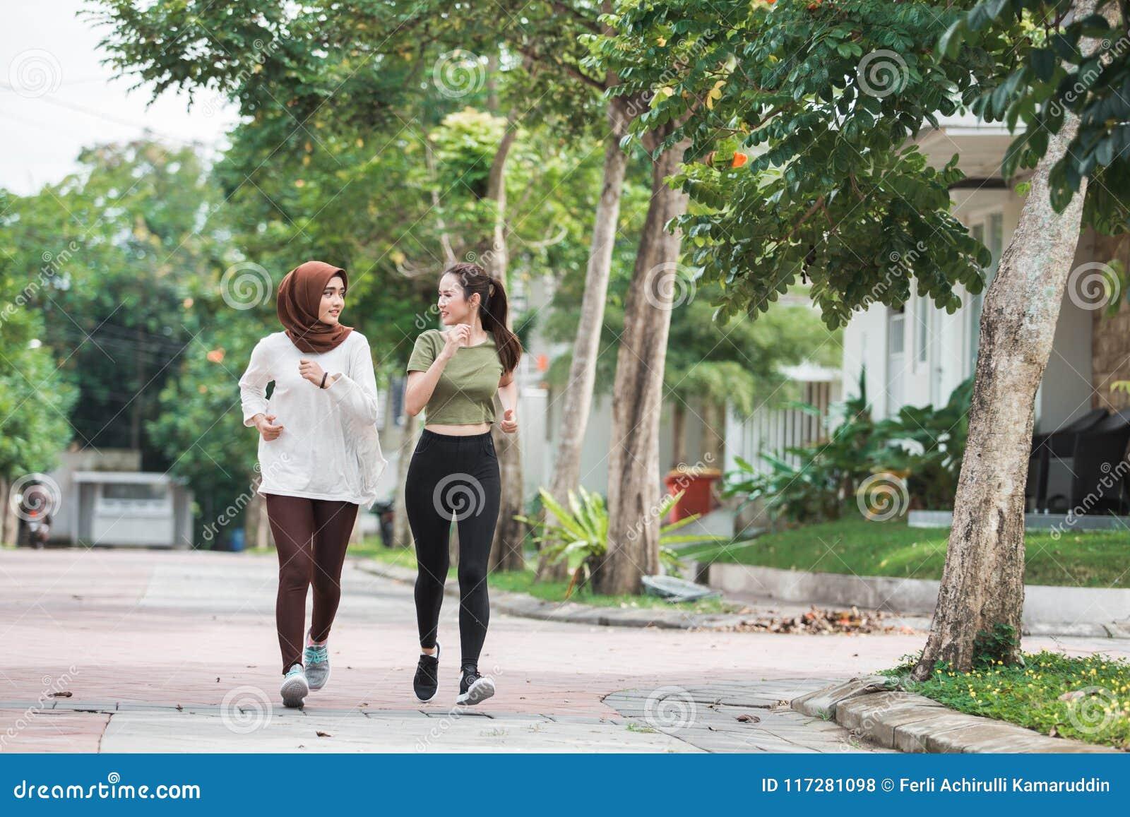 Glückliche junge asiatische Frauenübung und -aufwärmen