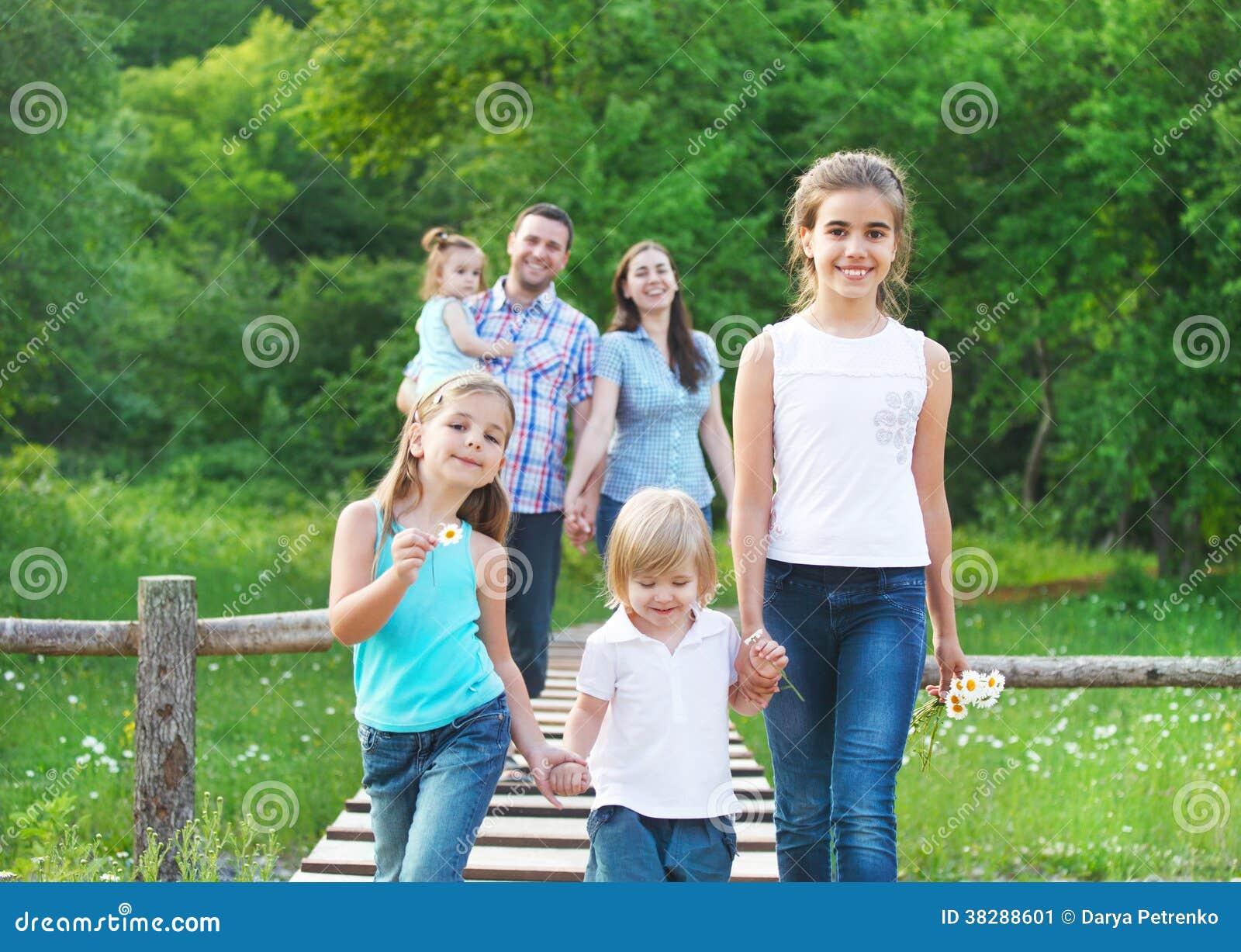 gl ckliche junge familie mit vier kindern stockbild bild. Black Bedroom Furniture Sets. Home Design Ideas