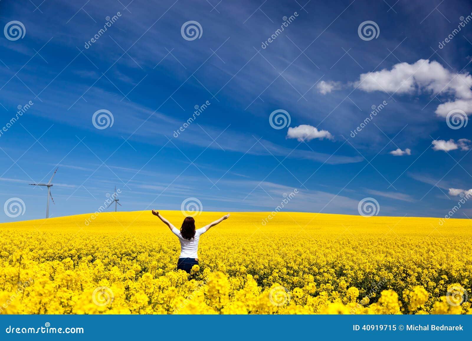Glückliche junge Frau auf Frühlingsfeld, Ökologie