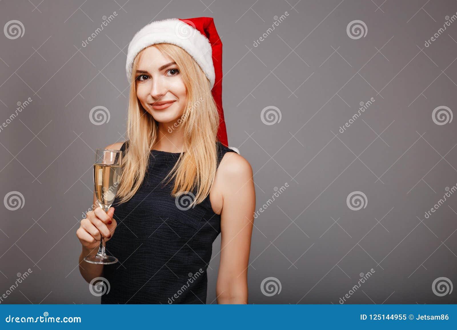 Glückliche junge Frau, die trinkenden Champagner feiert
