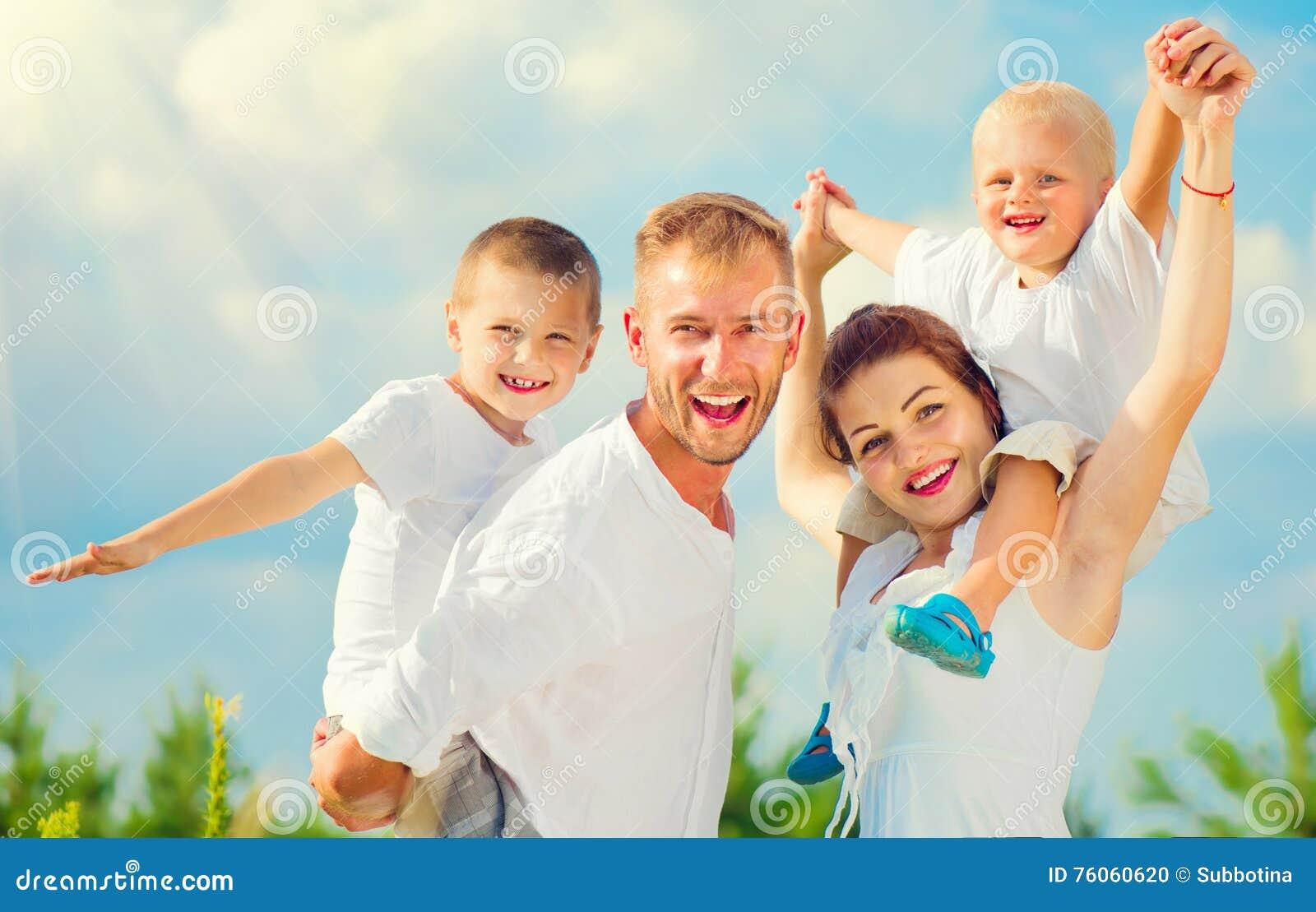 Glückliche junge große Familie, die Spaß zusammen hat