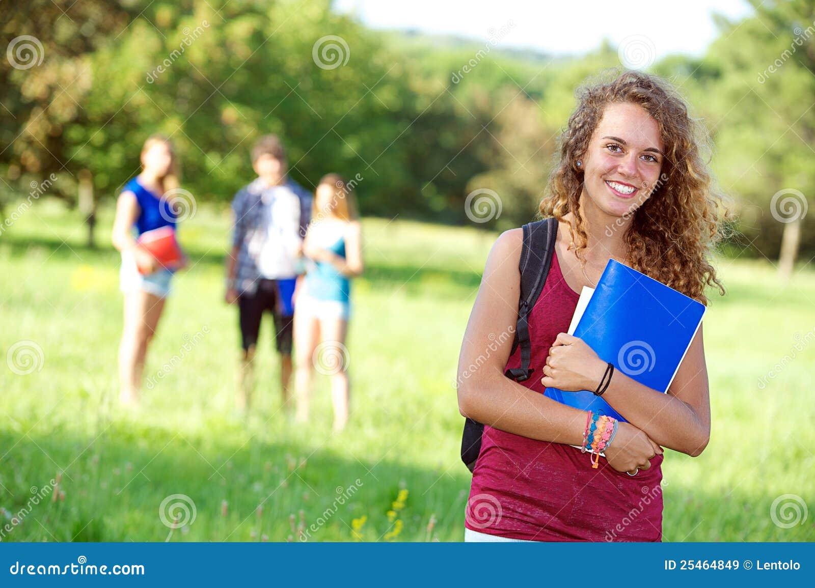 Glückliche junge Kursteilnehmer des Portraits im Park