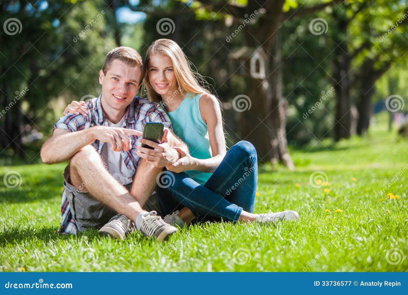 Glückliche junge Leute draußen