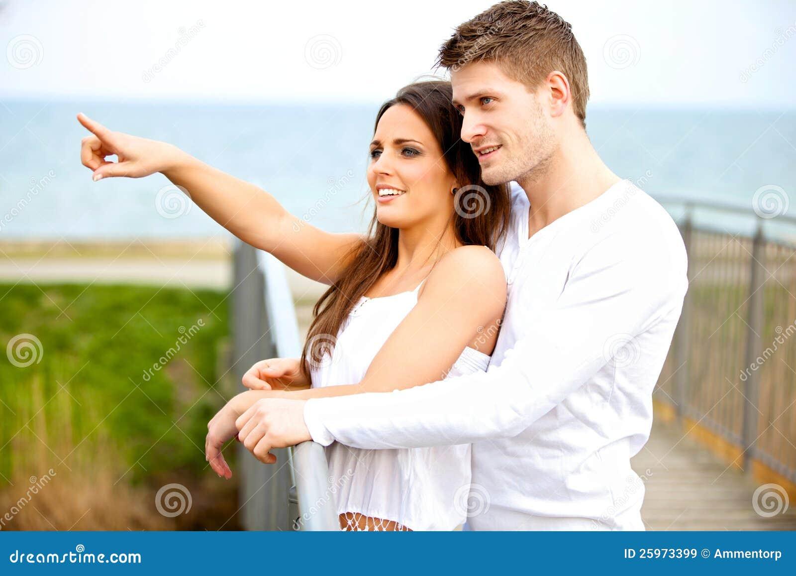 Glückliche junge Paar-Datierung draußen
